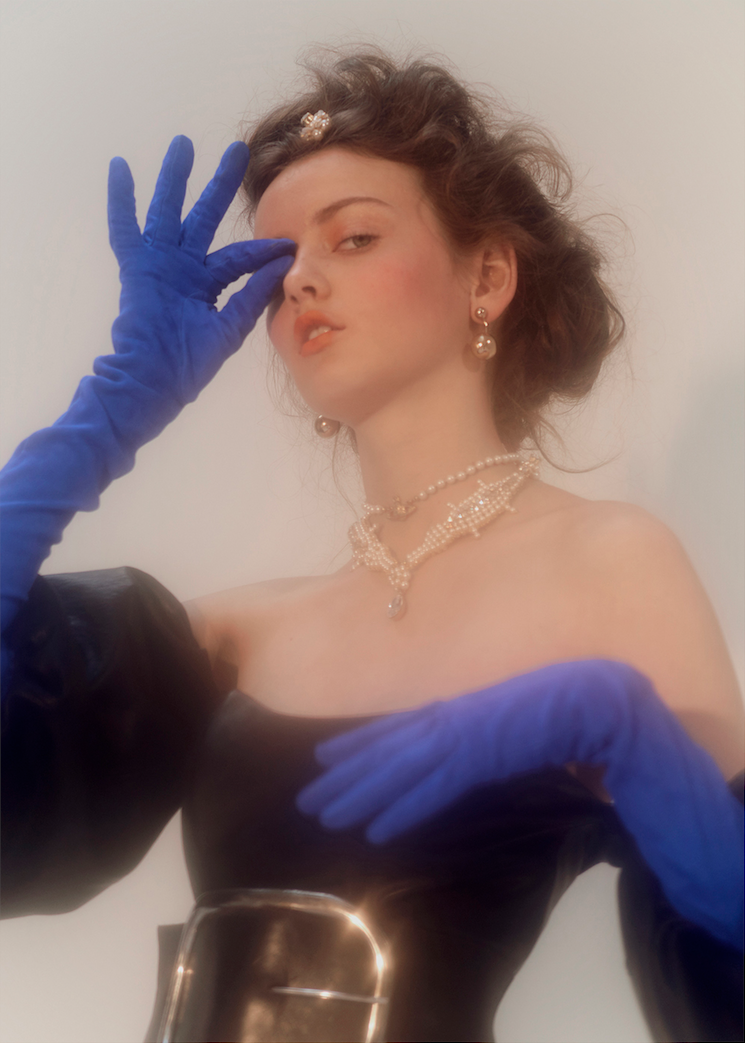 EDITORIAL : LADY WITH GLOVES BY EMMANUELLE DESCRAQUES